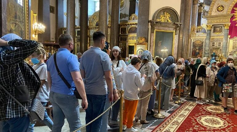 В Казанском соборе на фоне ужесточения «ковидных» ограничений целуют иконы