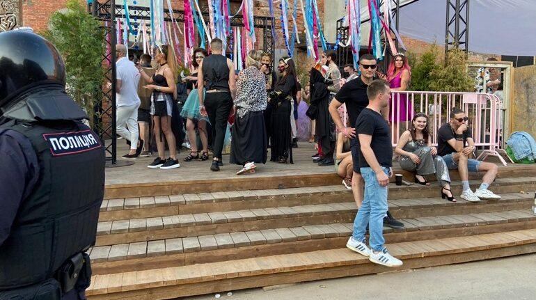 За нарушение «антиковидных» правил в Петербурге остановили работу двух кинозалов и музыкального фестиваля