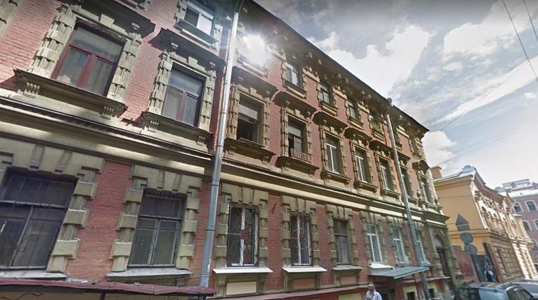 На Петроградке ночью тушили пятикомнатную коммуналку