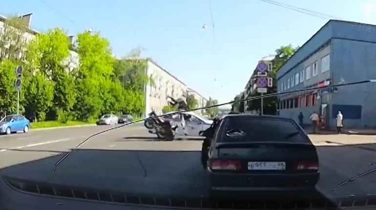В Петербурге мотоциклист влетел в полицейскую машину