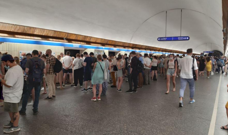 На синей ветке метро Петербурга собралось много людей из-за ограничения движения