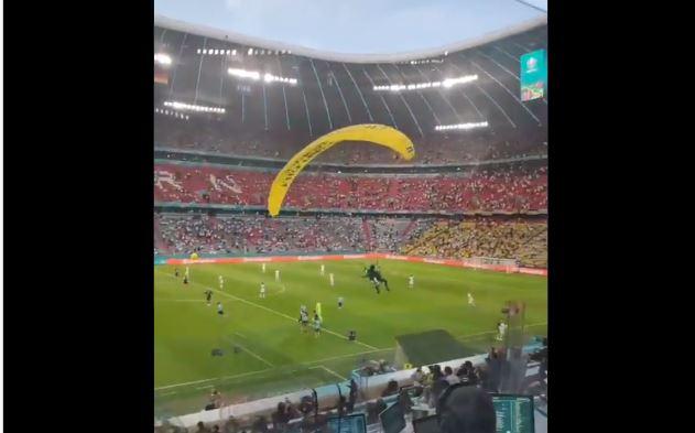 Активист Greenpeace травмировал болельщиков матча Германия-Франция, спустившись на поле на параплане