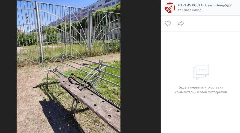 Бондаренко пожаловались на обветшалые скамейки и разрушенную плитку в сквере на Турку