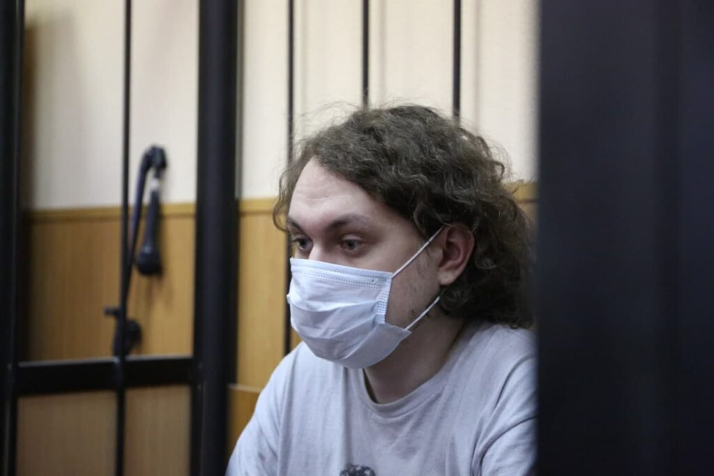 Суд оставил блогера Юрия Хованского под арестом до октября