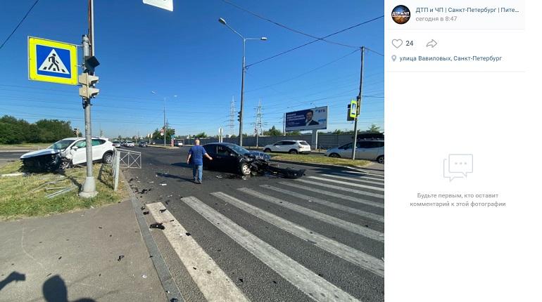 В Калининском районе на перекрестке столкнулись две иномарки