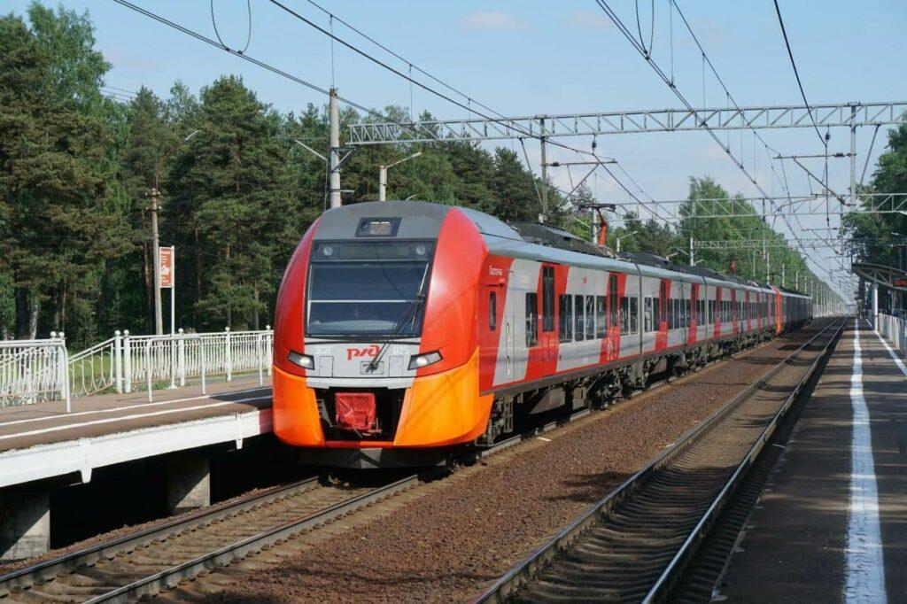 На выходных из Петербурга в курортных направлениях запустят 17 дополнительных поездов