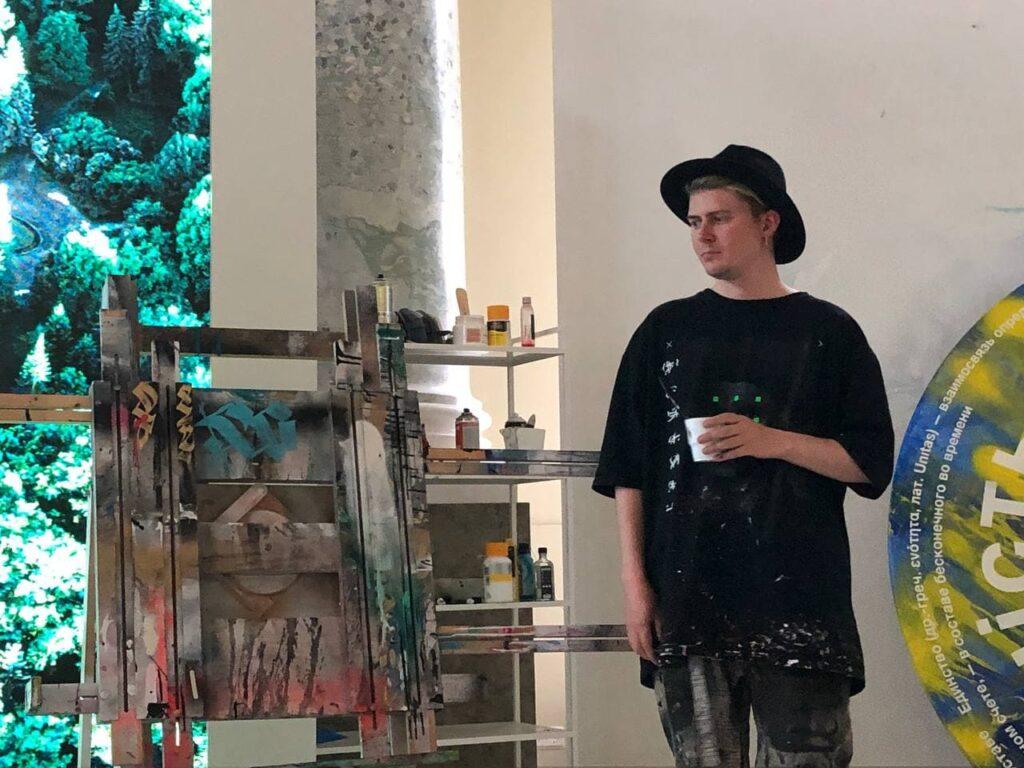 Покрас Лампас показал, как создает свои уникальные картины в Центре искусства и музыки