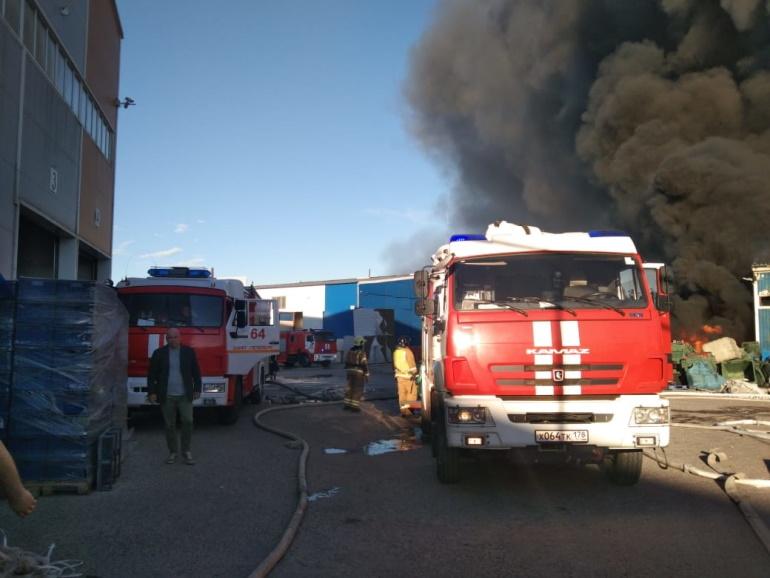 Пожар в ангаре в Металлострое локализовали, его тушат 15 расчетов