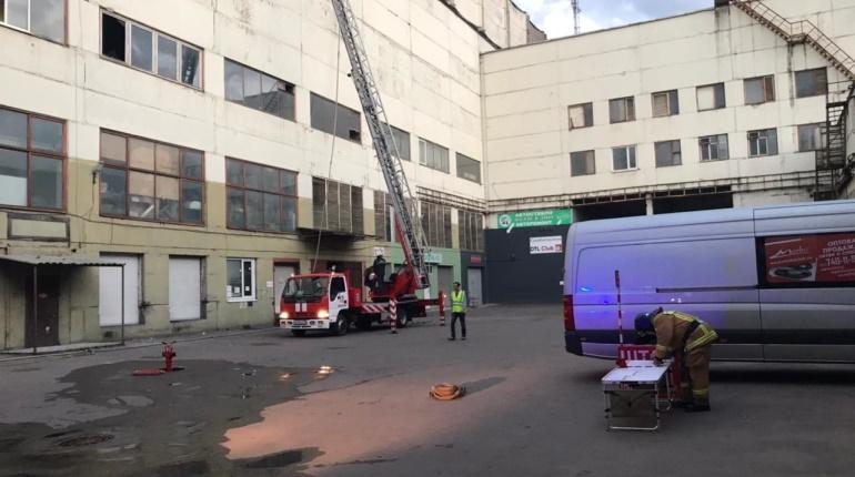 На Стачек горели 200 «квадратов» деревянных упаковок