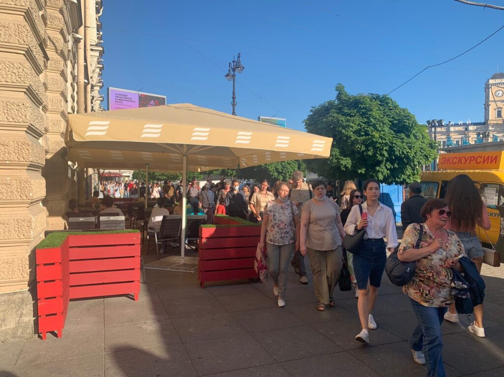 Жители Центрального района просят освободить тротуары от расползающихся террас