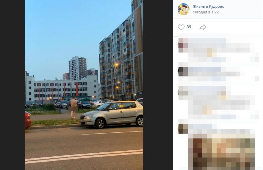 Жара заставила нудиста из Кудрово обнажиться прямо на улице