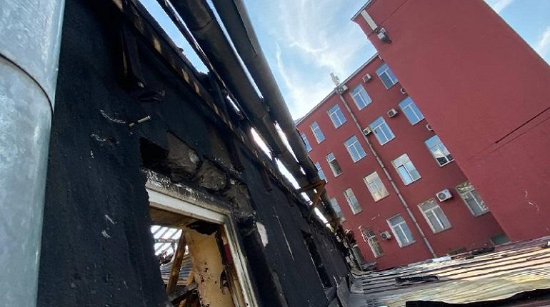 Копоть и обломки: Мойка78 показывает сгоревшую крышу дома на Лиговском проспекте