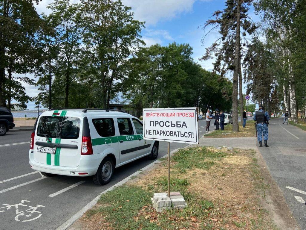 Приставы заставили машинами велодорожки у Sport Palace на Крестовском