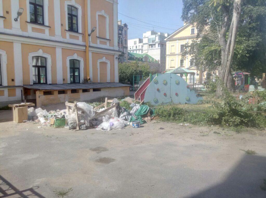 Жители Васильевского острова возмутились замусоренной детской площадкой