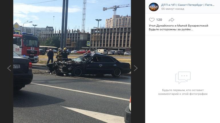 Во Фрунзенском районе «Тойота» влетела в грузовик дорожников