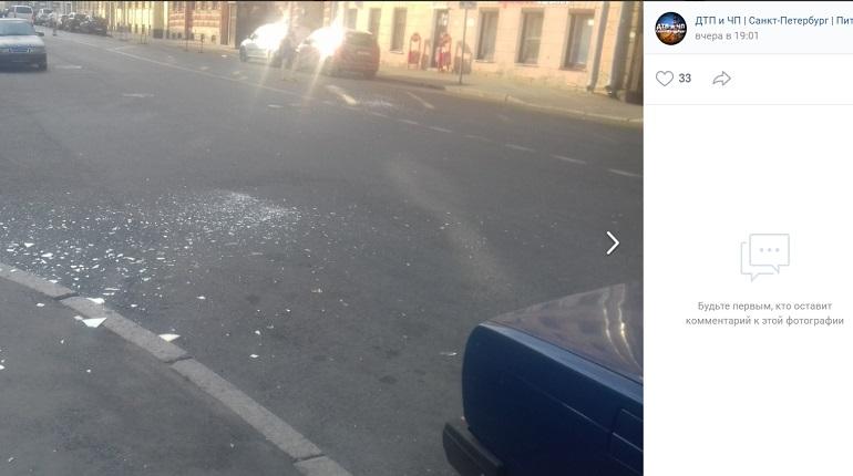 В Петербурге сильный ветер обрушил стекло на автомобиль