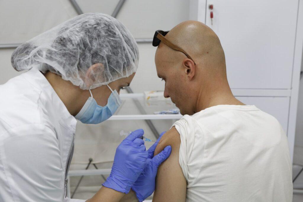 Какие заболевания помешают сделать вам прививку от COVID-19