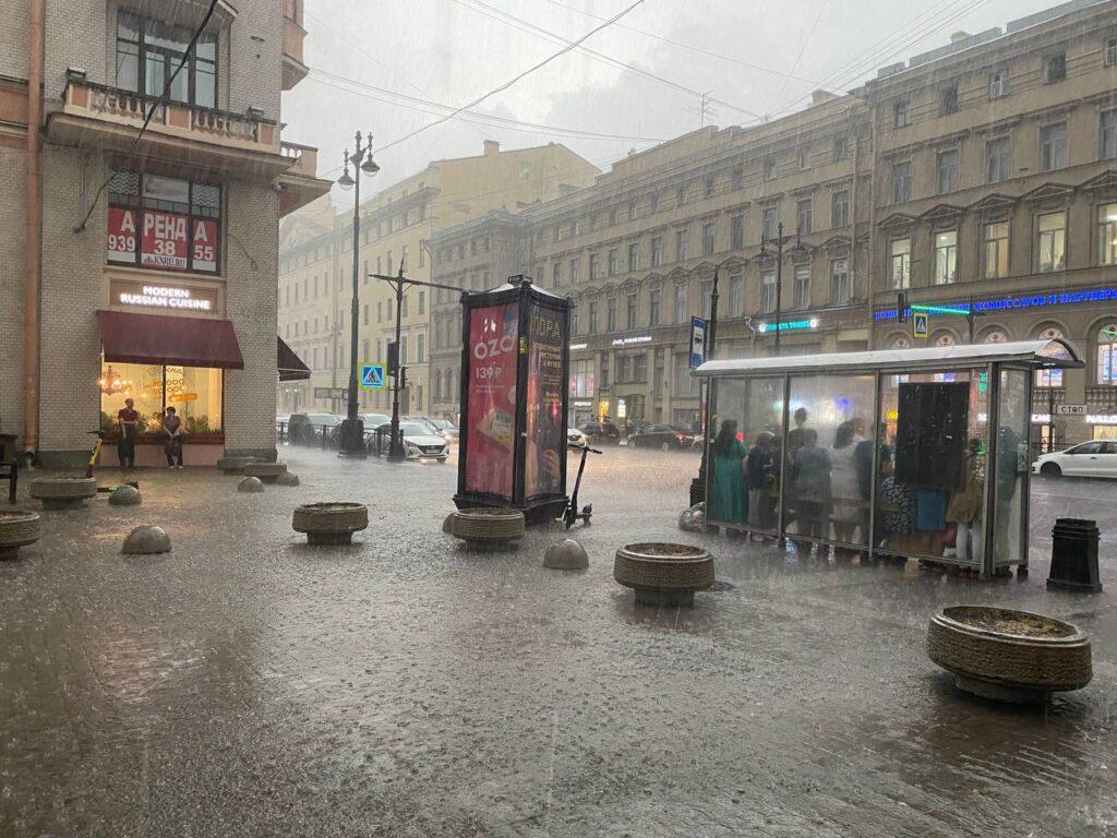Долгожданный ливень обрушился на Петербург после жары