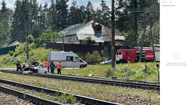В Приозерском районе локомотив снес легковушку, трое погибли