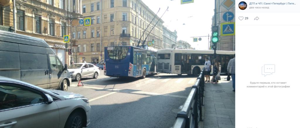 На подъезде к площади Восстания ДТП троллейбуса и автобуса собрало пробку