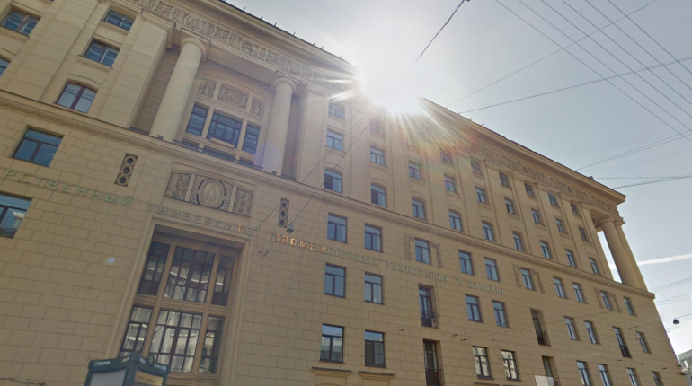Со здания СПбГУТД на Садовой обрушилась штукатурка
