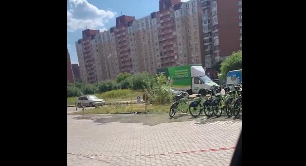 Петербург пытается охладиться: на этот раз вода бьет на Ленинском проспекте