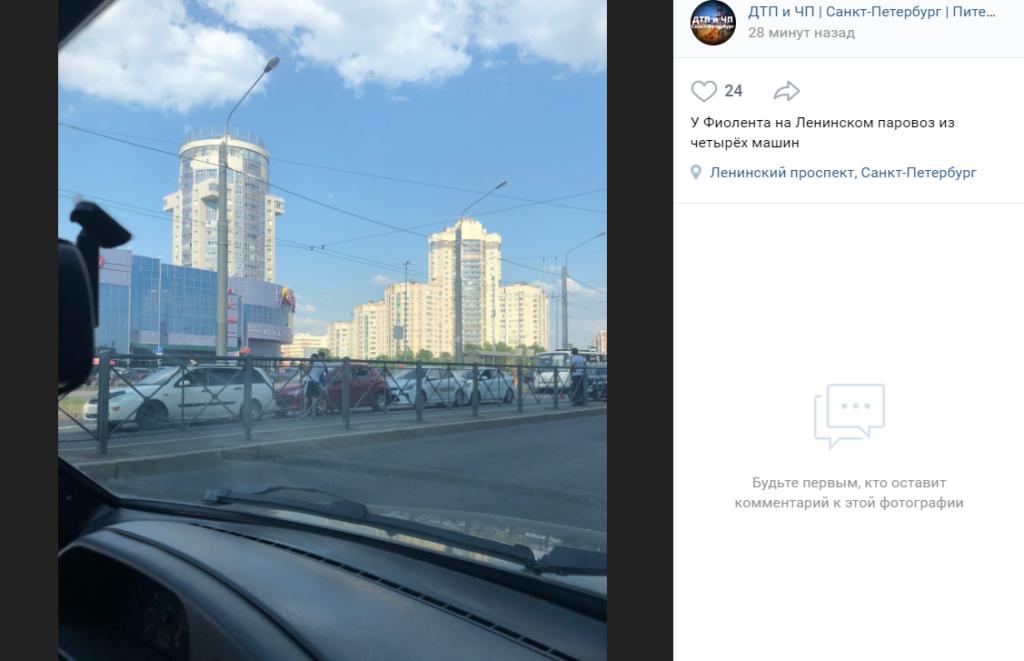 Четыре машины въехали друг в друга на Ленинском проспекте Петербурга