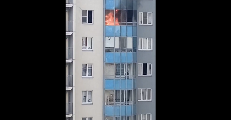 Очевидцы засняли пылающий балкон на Маршала Казакова