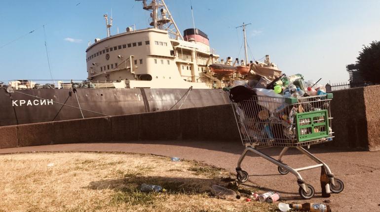 Набережные Васильевского острова не убирают от мусора перед Днем ВМФ