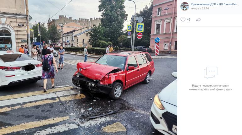 В Центральном районе Volkswagen Golf столкнулся с такси