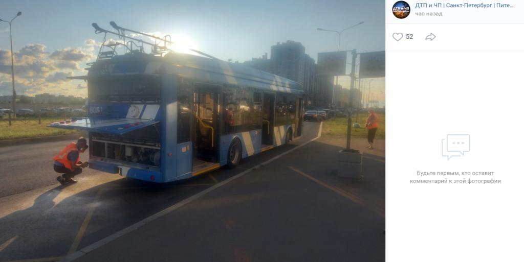 На проспекте Королева в Петербурге задымился троллейбус