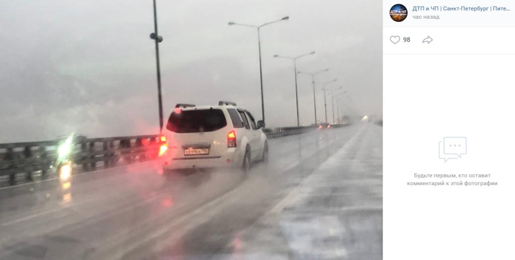 Белую пену из пыли и дождя на петербургской КАД взбили колеса проезжающих машин