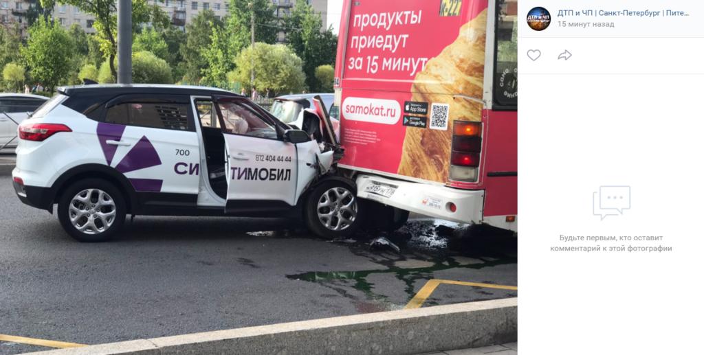 Такси въехало в автобус на проспекте Ветеранов в Петербурге