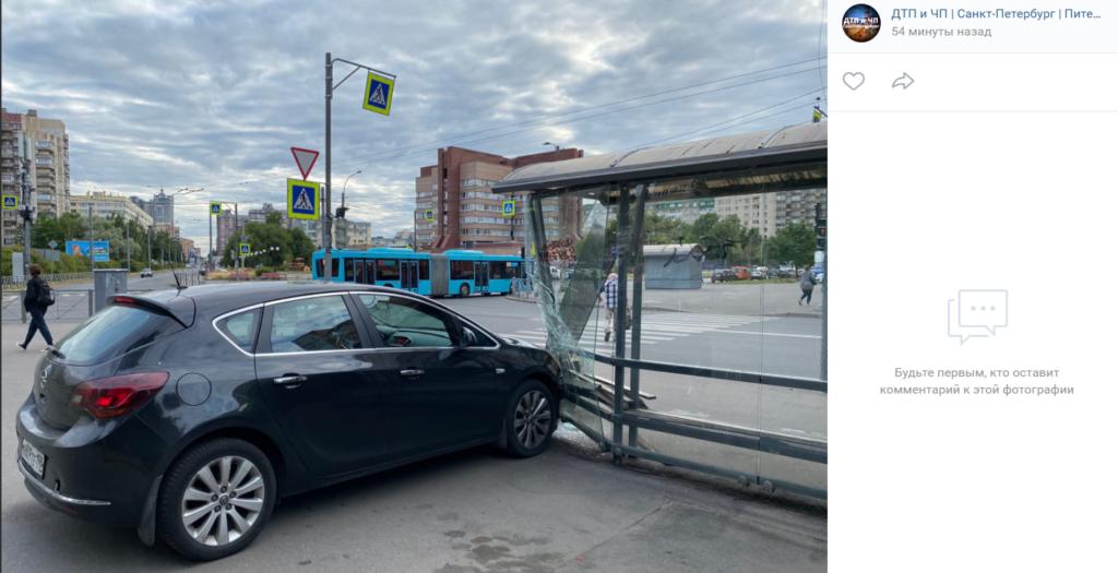 В Выборгском районе Петербурга водитель «Опеля» снес остановку