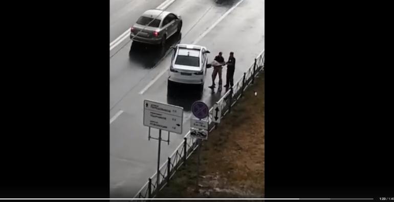 Голый мужчина бросался на машины на Индустриальном и дождался полиции
