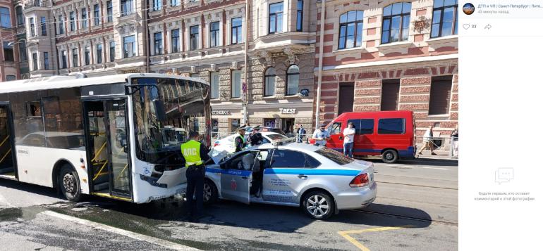 Полицейская машина и автобус столкнулись у «Василеостровской»