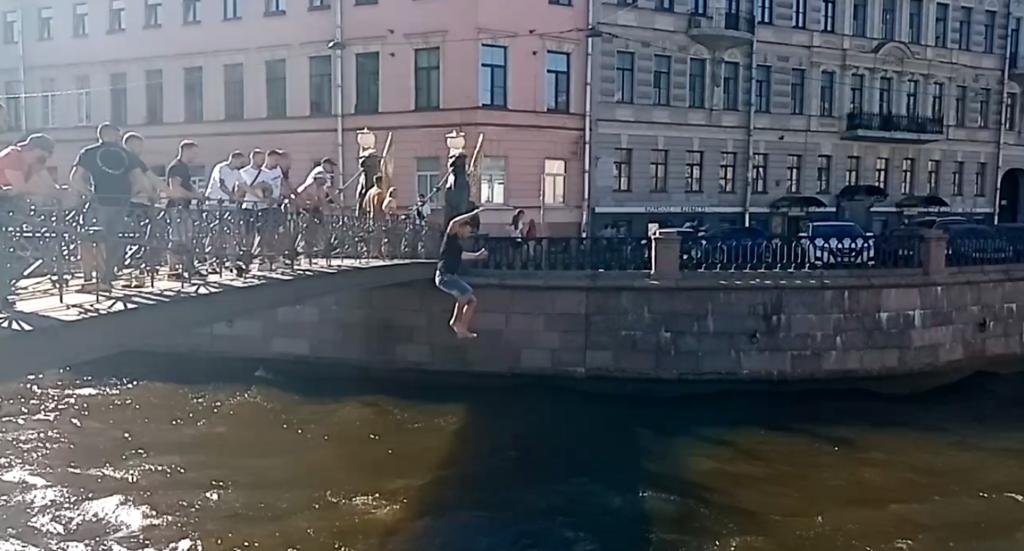 Испанские болельщики отмечают победу сборной прыжками в каналы Петербурга