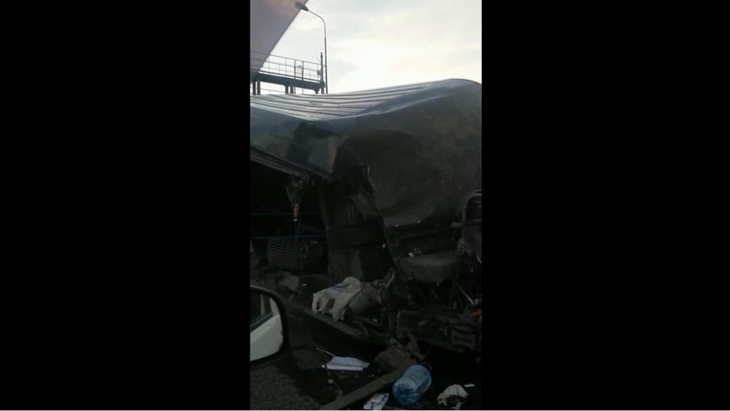 ДТП с тремя машинами собрало двухкилометровую пробку на КАД Петербурга