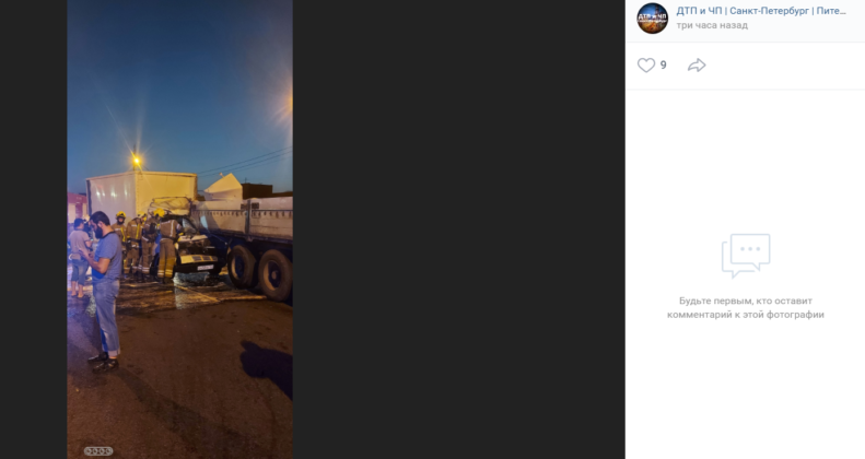 Фургон заехал под фуру на Софийской улице Петербурга