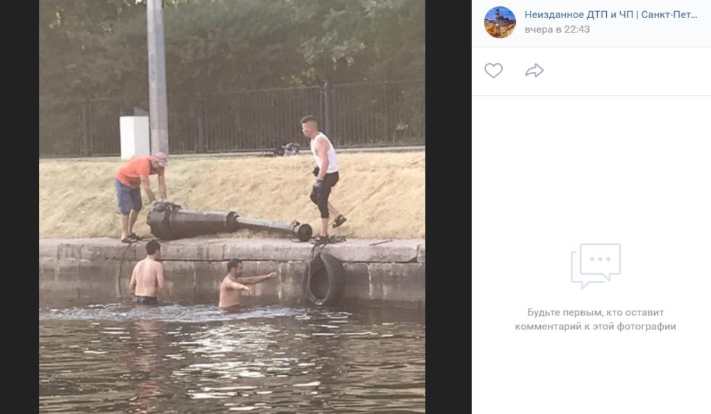 Инициативные петербуржцы достали из реки Карповки шину и непонятную железную конструкцию