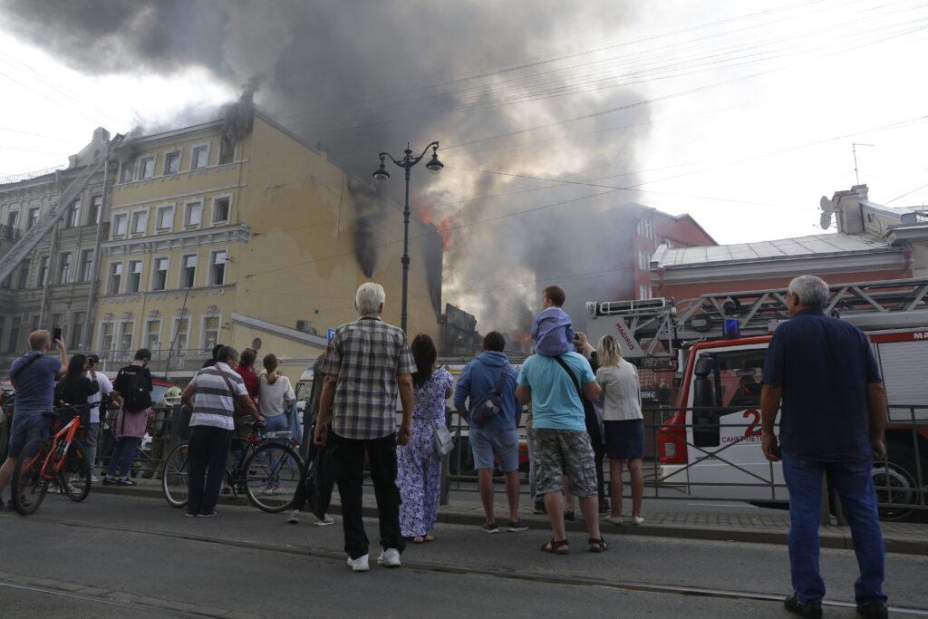 Крупный пожар в жилом здании на Лиговском проспекте локализовали