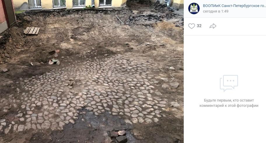 На Петроградской стороне обнаружили дореволюционное мощение двора
