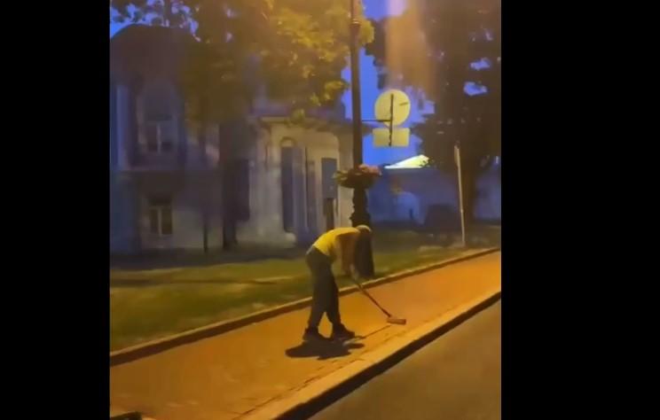 Ночью тротуар у Смольного превратили в красную дорожку