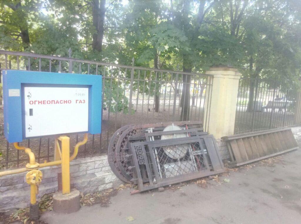 На Васильевском острове обнаружили склад старинных ограждений