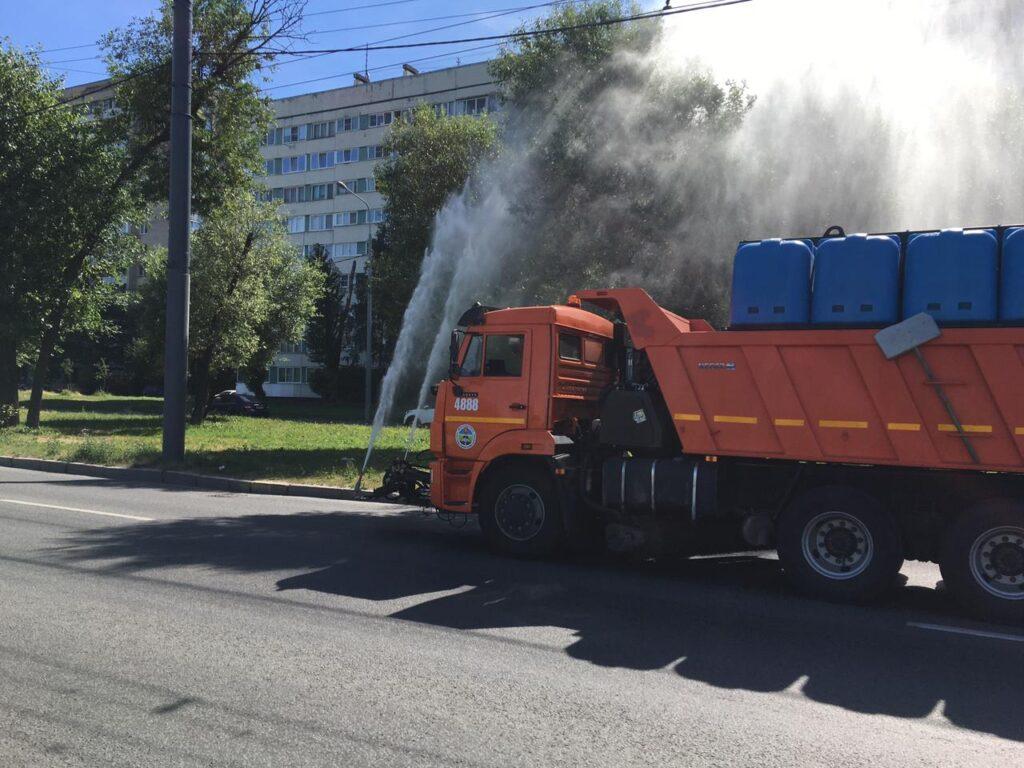 В Петербурге с каждым днем расходуют все больше воды, чтобы спасти газоны от засухи
