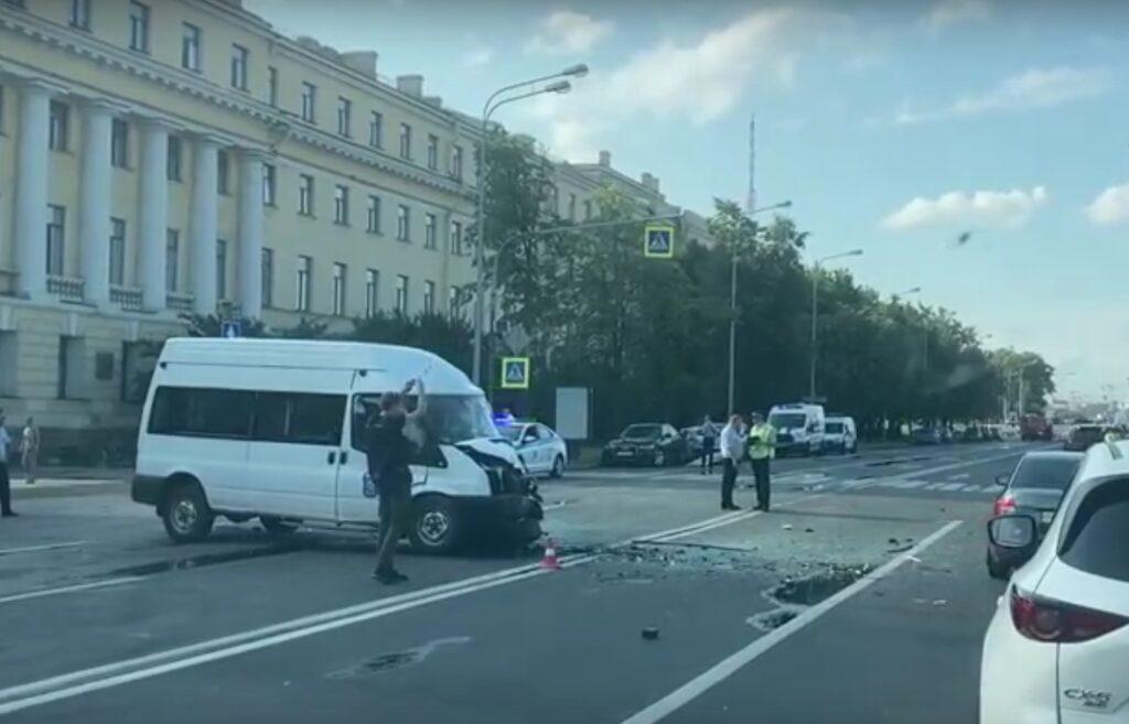 Авария с участием машины МЧС произошла на Петроградской набережной