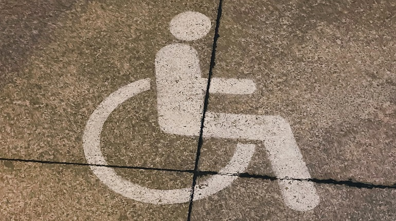 Детей с инвалидностью потребуют обслуживать вне очереди