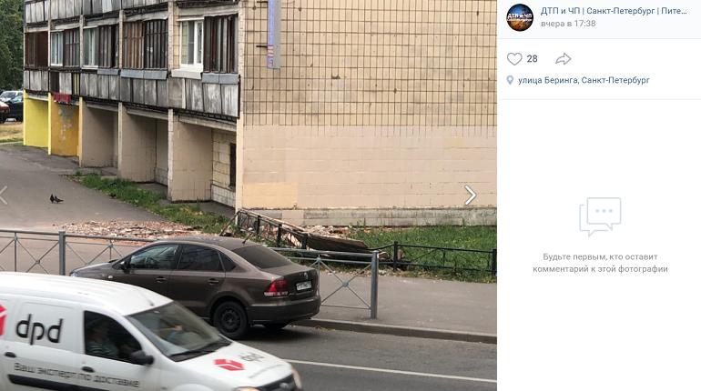 На Нахимова с верхних этажей жилого дома обрушился фасад