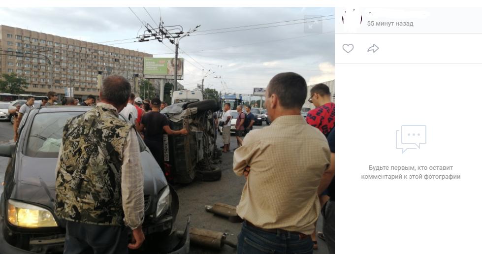 «Пролетел как черная пуля»: Honda влетела в Opel и перевернулась, остановив движение на Софийской улице