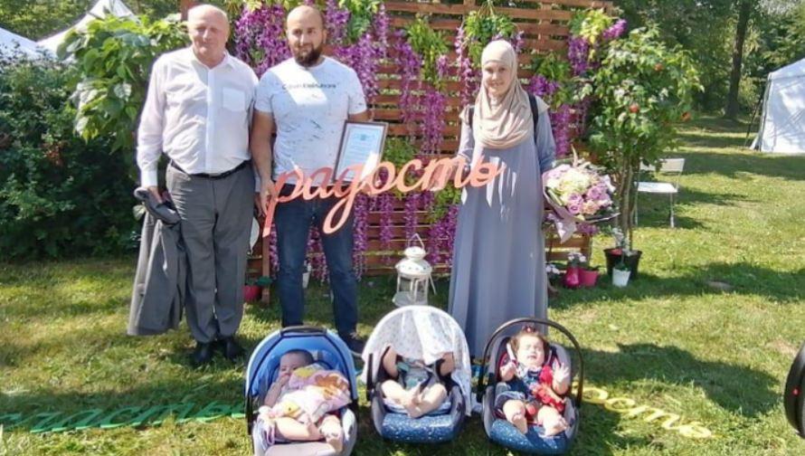 Велосипедный заезд в свадебных костюмах и массовая женитьба — в Тосненском районе отпраздновали день семьи